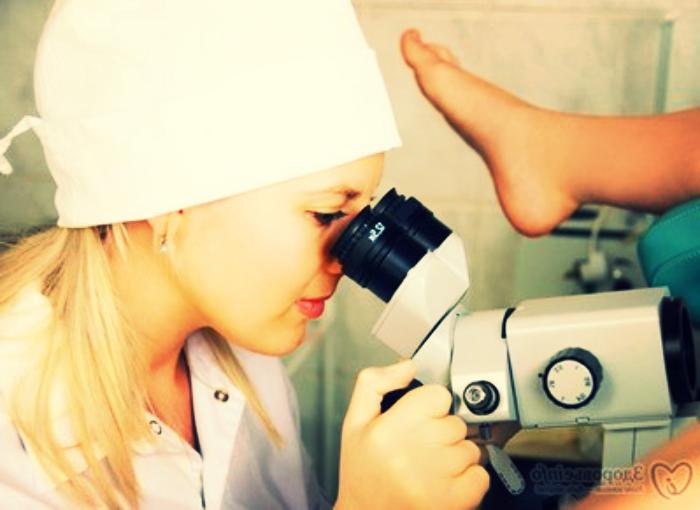 гинеколог смотрит женщину
