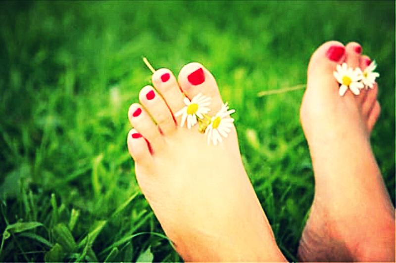 Красивые ноги девушки пахнут цветами, а не потом