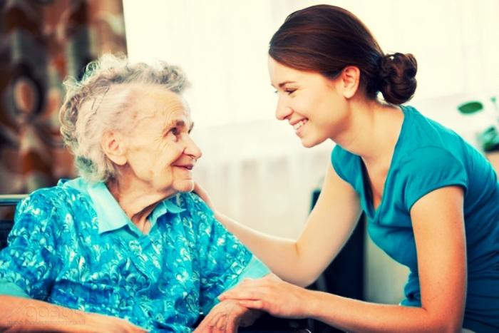 девушка помогает пожилой бабушке